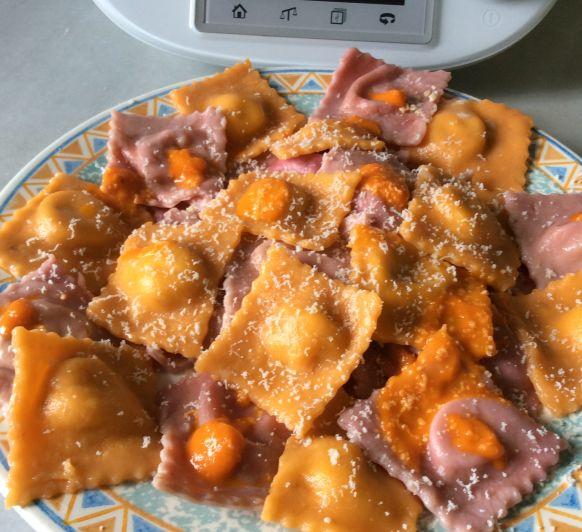 Ravioli de remolacha y zanahoria rellenos de queso y piñones