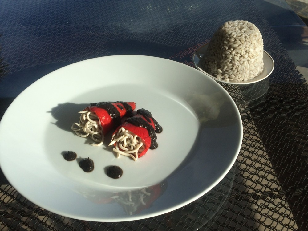 Pimientos del piquillo rellenos de gulas. Un entrante navideño económico y sabroso.