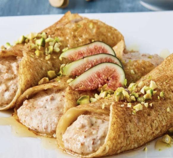 Crepes sin gluten rellenas de crema de almendras, pistaches e higos