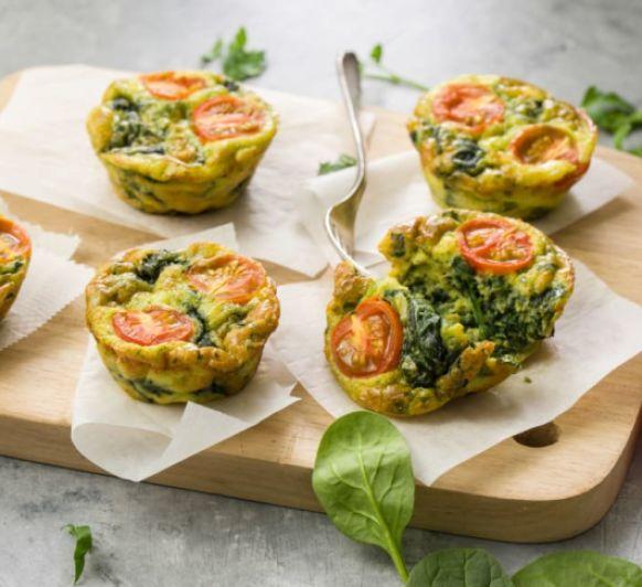 Muffins de huevo con espinacas y tomates