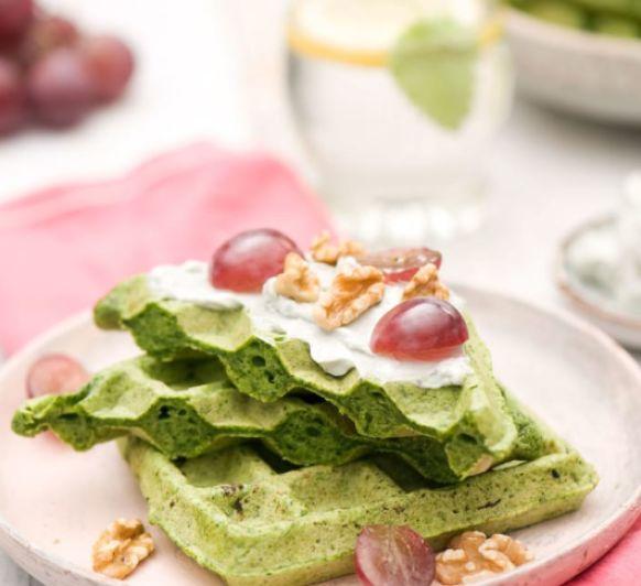 Gofres de espinacas con crema de gorgonzola, uvas y nueces