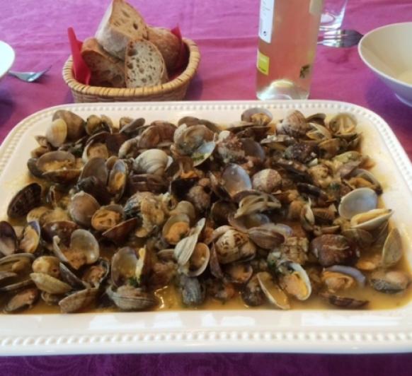 Almejas a la marinera, sabor gallego desde A Coruña