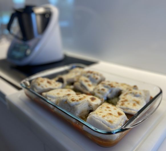 Bacalao con tomate, patatas panadera y guisantes