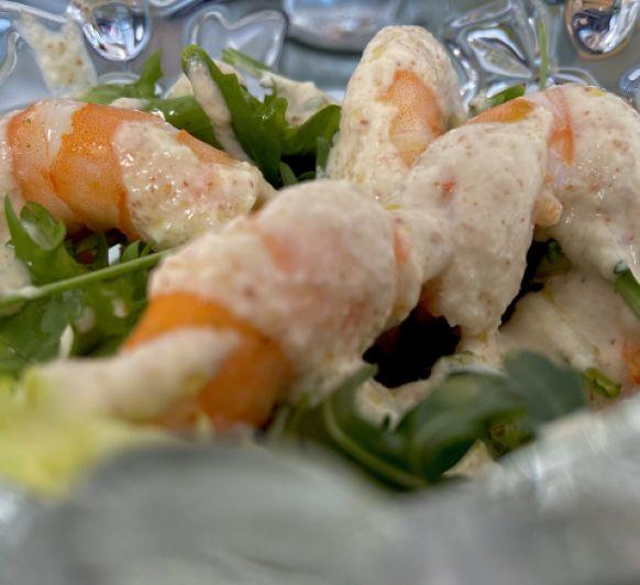 Ensalada de langostinos con salsa de almendras y langostinos