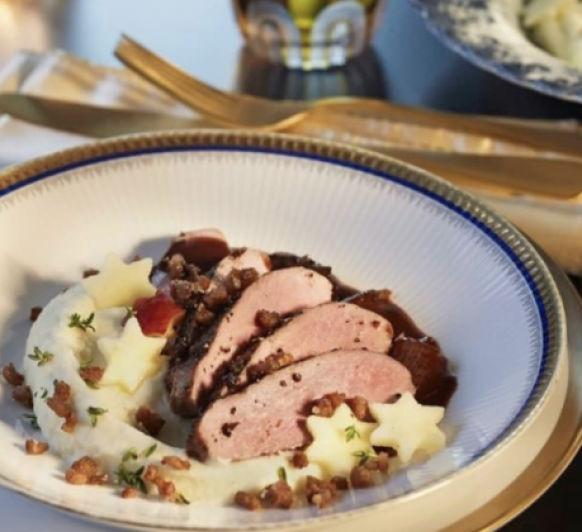 Magret de pato con salsa de ciruelas al vino tinto y crema de apio y coliflor