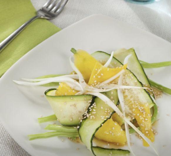 Ensalada de verduras al vapor y frutas con vinagreta de naranja