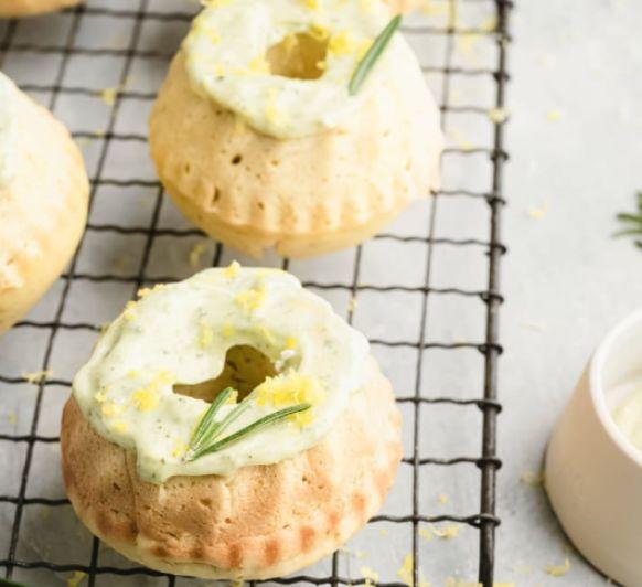 Mini bundt cake de limón con glaseado al romero - REVISTA Thermomix® 150
