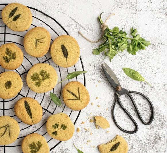 Galletas condimentadas con hierbas y queso parmesano